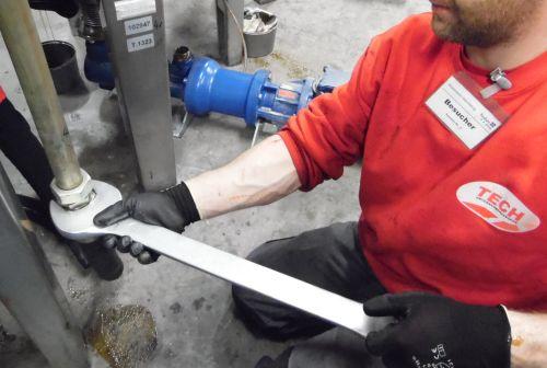 Ein Mitarbeiter bei der Instandhaltung einer Maschine